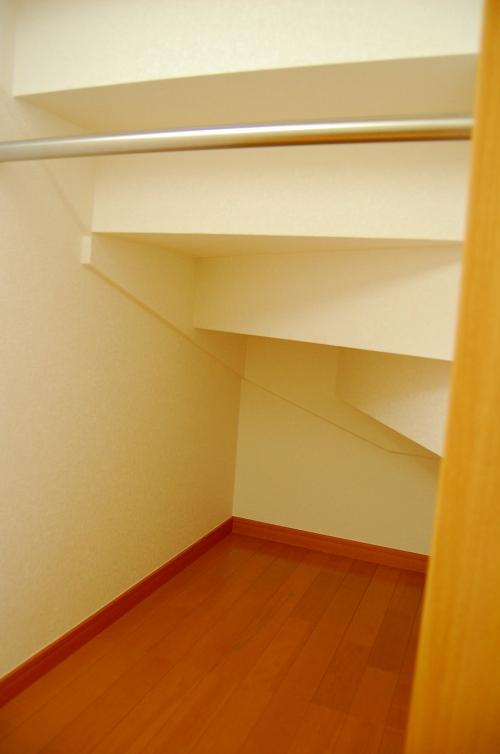 階段の段板に合わせて天井を貼った階段下収納庫