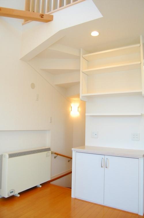 大工さんのワザが光る造作棚と階段の組み合わせ